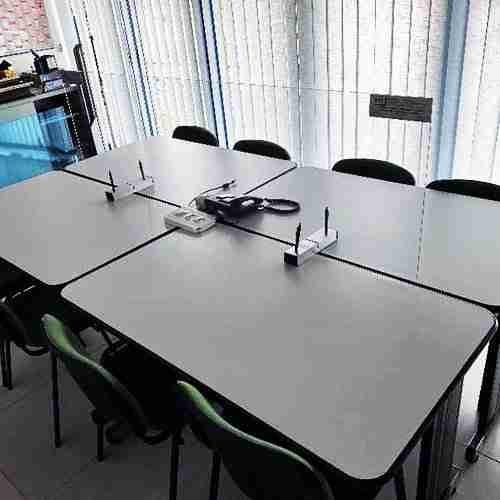 Divisori da banco e scrivani per uffici, negozi, sale riunioni e mense